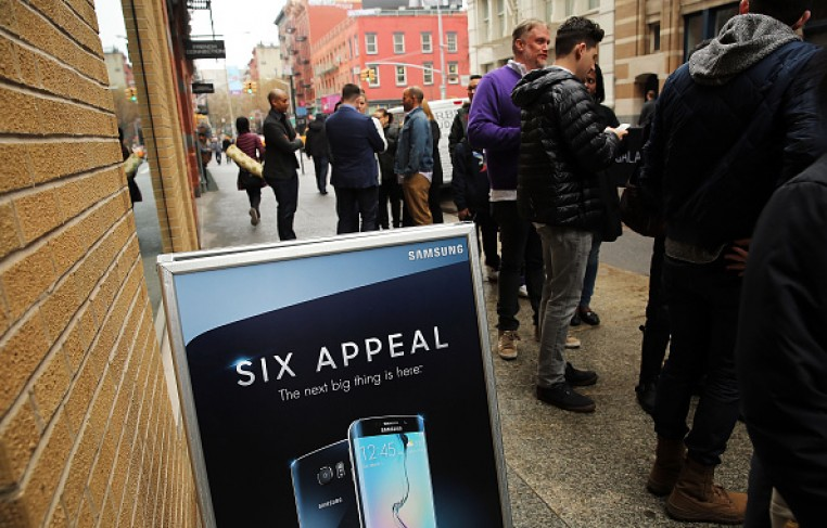 People line-up to see Samsung's latest flagship smartphones, the Galaxy S6 and the S6 Edge, at a Samsung store on the day of their release on April 10, 2015 in New York City.